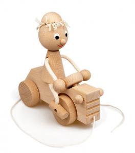 Junge mit Traktor aus Buchenholz zum Nachziehen ab 3 Jahren